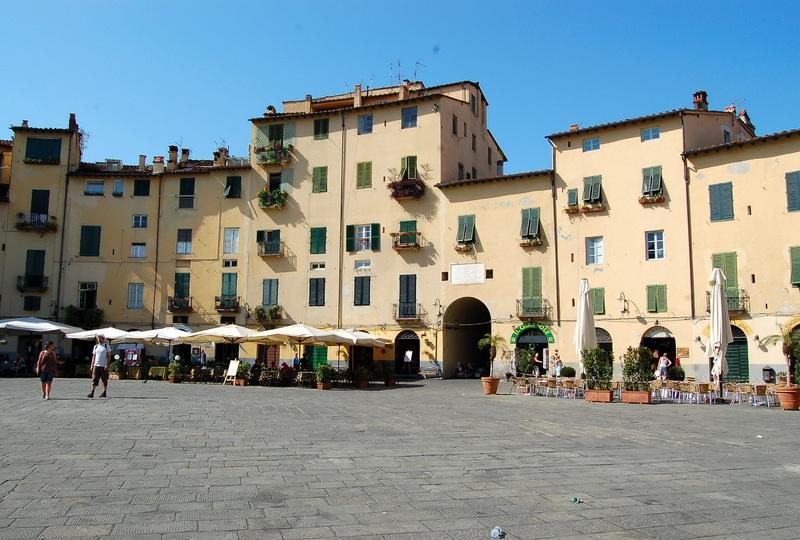 lucca_-_piazza_amfiteatro_Italy