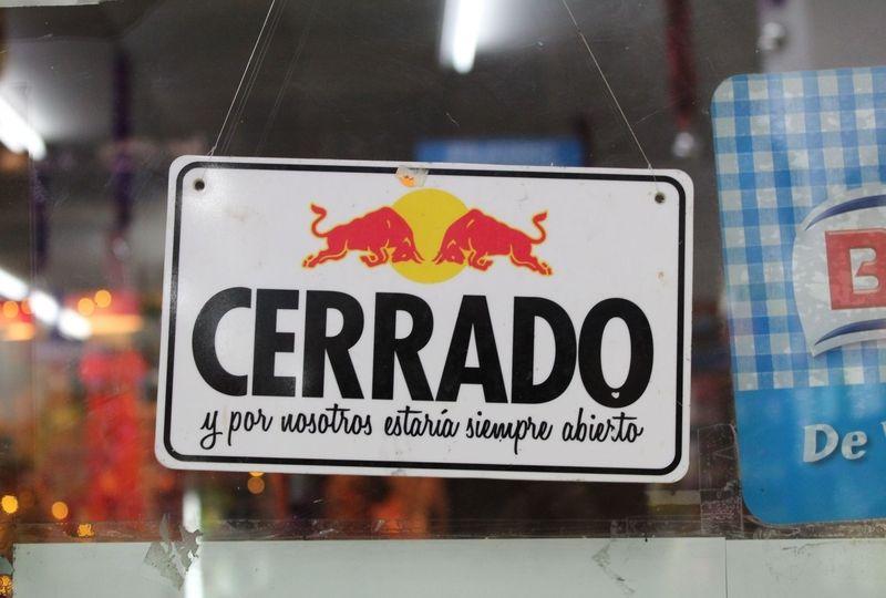 Closed sign in Spanish