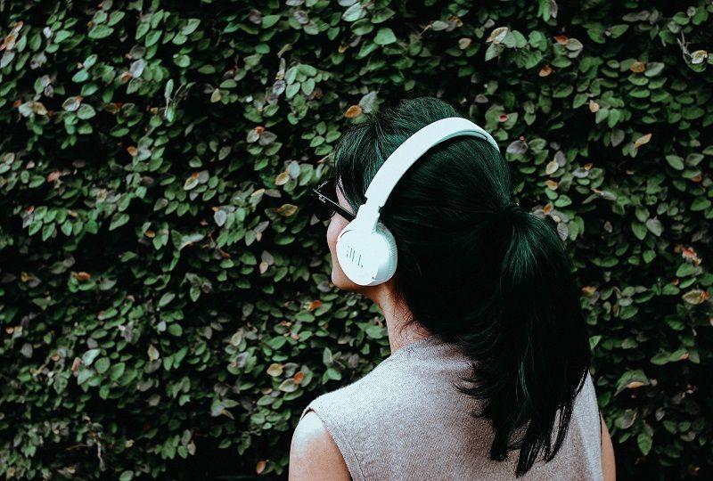 Woman practising Italian listening comprehension